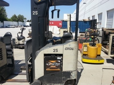 Crown RR5220-45 4500lb Stand Up Rider Electric Reach Forklift 2009