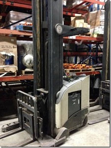 Crown Forklifts RR5220-45 Electric 4500lb Stand Up Rider Reach Forklift 2006
