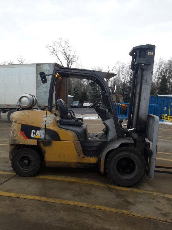 Caterpillar Forklifts P10000 5 Ton Pneumatic Tire Propane Forklift 2011