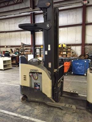 Crown Forklifts RR5225-35 Electric Stand Up Rider 3500lb Reach Forklift 2004