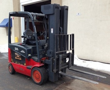 Linde Forkifts E25C-600 Sit Down Rider 4 Wheel 5000lb Electric Quad Mast Forklift 2004