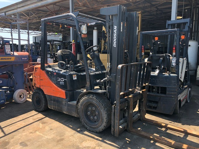 Doosan Forklifts D30S-5 Diesel Engine 3 Ton 6000lb Pneumatic Tire Forklift 2013