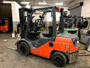 Toyota Forklifts 8FDU30 Diesel Fuel Pneumatic Tire 6000lb Outdoor Forklift 2011