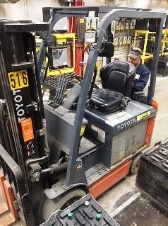 Toyota 8FBCU25 5000lb electric 4 wheel sit down rider warehouse forklift