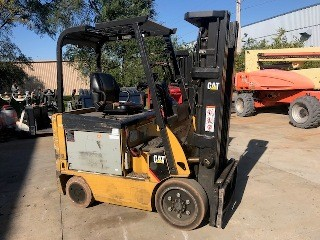 Cat E5000 electric 4 wheel sit down rider 5000lb warehouse forklift.