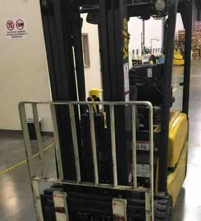 Yale ERP040VT narrow aisle electric 3 wheel sit down rider 4000lb warehouse forklift.