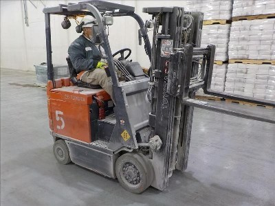 Toyota 7FBCU18 EE rated 3,500lb 4 wheel sit down rider electric warehouse forklift.