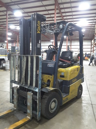 Yale GLP030 3000lb pneumatic tire propane fuel 4 wheel sit down outdoor forklift.