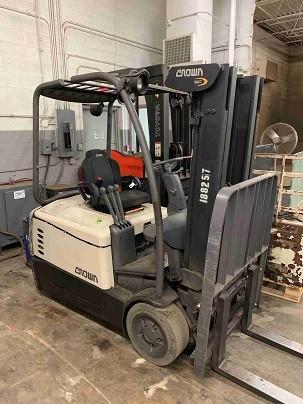 Crown SC5240-40 electric 3 wheel sit down rider 4,000lb narrow aisle warehouse forklift