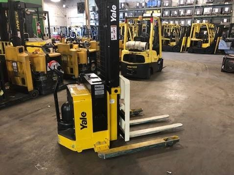 Yale MSW025S electric walk behind 2500lb narrow aisle straddle stacker warehouse forklift.